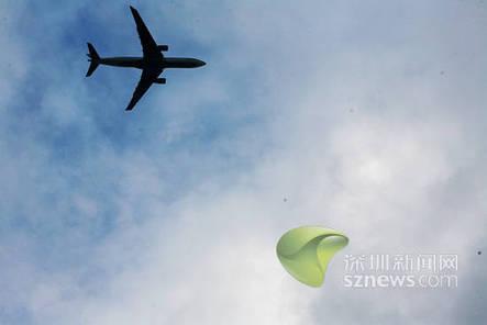 飞机在记者头顶复飞过场,即降落中又重新拉起