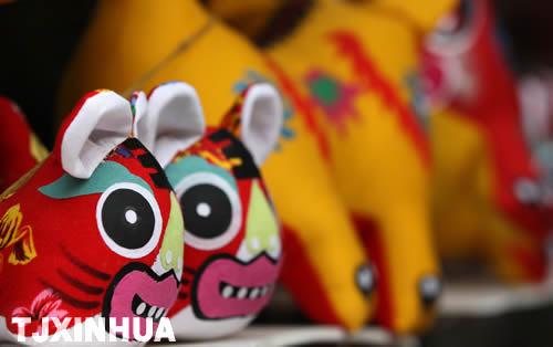 造型各异,形象可爱的老虎玩偶大量上市预热天津节日市场,俏皮的布绒卡