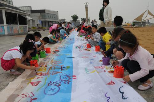 图为东疆沙滩儿童节活动现场