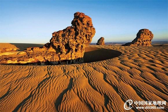 和沙漠的一百天图片_怪石出没的撒哈拉沙漠奇景