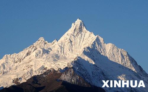 云南 德钦县/资料图片:这是云南德钦县梅里雪山缅茨姆峰的美丽景色(2008年...