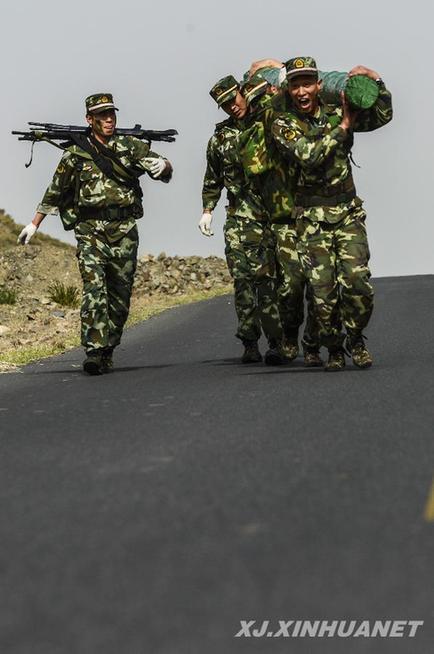 武警边防部队乌鲁木齐指挥学校的学员在