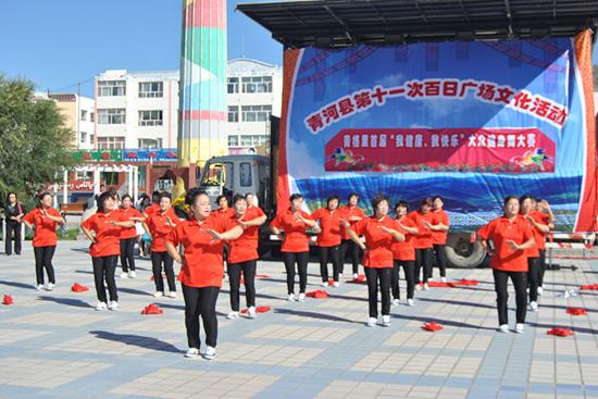 胡吉平 青河县/民主北路社区表演节目《大家一起来》胡吉平摄...