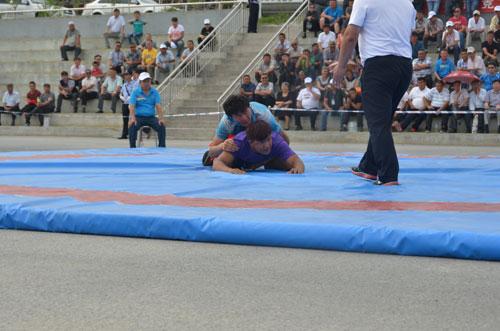 哈萨克族式摔跤和押加比赛在新疆乌苏举办