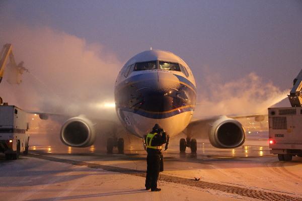 乌鲁木齐迎最强寒流 飞机除冰师冒严寒高空除冰