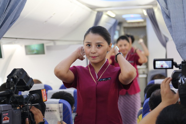新疆维族女人人体艺术_南航维吾尔族双胞胎空姐首次双飞宣传亚欧博览会