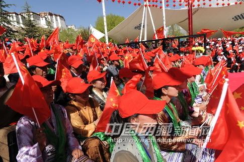 观众台上红旗飘飘 红色歌曲拉萨唱 拉萨举行庆五一红歌演...