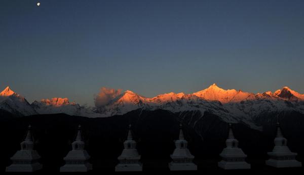 """云南/这是云南梅里雪山的""""日照金山""""奇观。"""