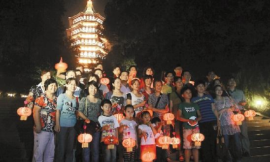中秋之夜,杭州边奶奶一家34口人团聚在雷峰塔下,共赏中秋团圆月,尽享