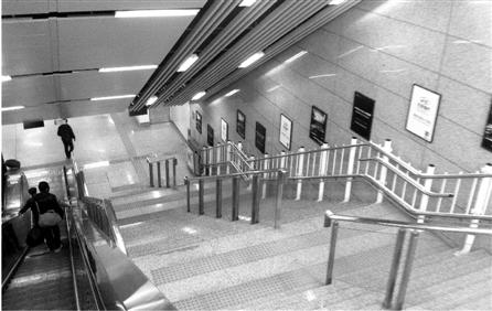 记者体验地铁无障碍设施:盲人独自坐地铁远不
