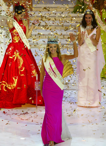 Miss world miss ireland rosanna davison c celebrates with 1st runner up miss canada nazanin afshin jam r and 2nd runner up miss china qi guan after winning the thecheapjerseys Images