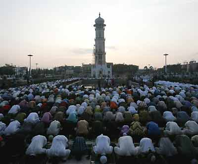 Muslims pray during the Muslim holiday of Eid al- Adha or day of sacrifice at the grand mosque in the tsunami-hit city of Banda Aceh, on the Indonesian island of Sumatra January 21, 2005. [Reuters]