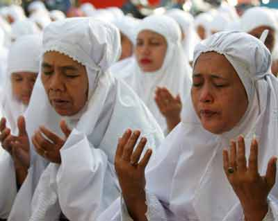 Acehnese residents offer prayers for the Muslim holiday Eid al-Adha, or day of sacrifice, in the tsunami-devastated city of Banda Aceh on the Indonesian island of Sumatra January 21, 2005. Survivors in tsunami-hit Aceh crowded battered mosques to pray during an Islamic festival on Friday as aid workers found many toddlers in Indonesia were likely among the 225,000 killed by the Indian Ocean wave. [Reuters]
