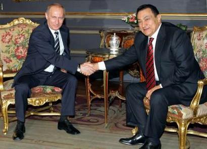 Egyptian President Hosni Mubarak R Shakes Hands With Russian Vladimir Putin In Abdeen
