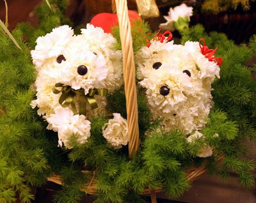 Compositions florales en forme de chien. Xin_52020314065029617756