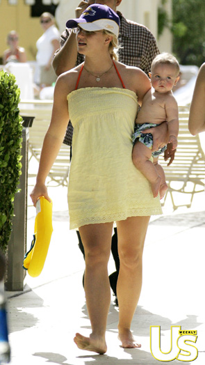 Britney Spears poolside with her baby - Is she pregnant?