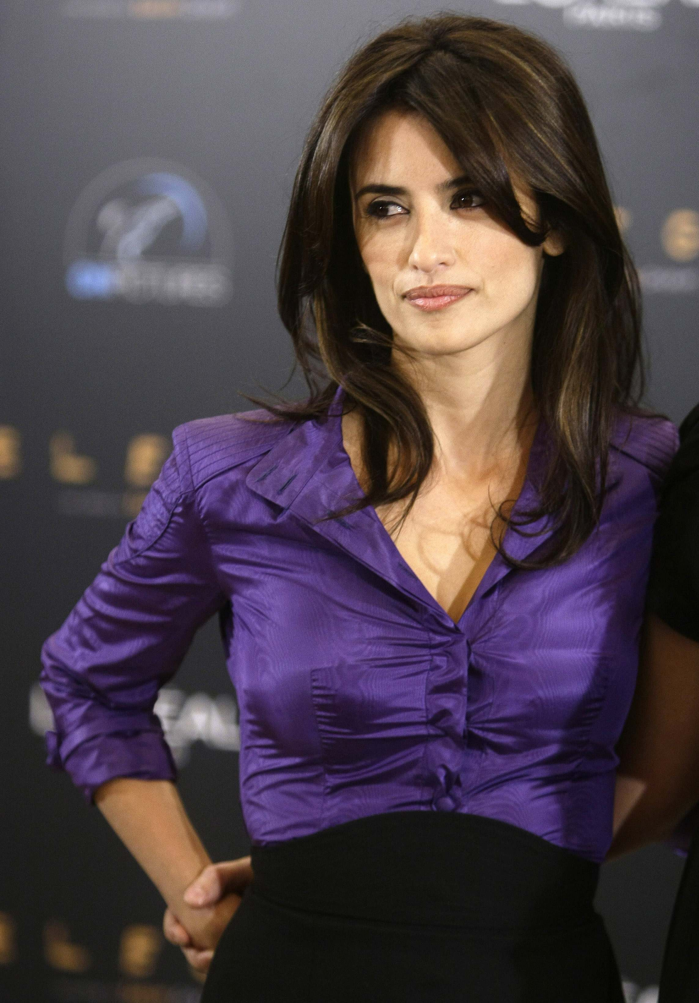 bizzxasex_penelope cruz poses to present her film \'elegy\'