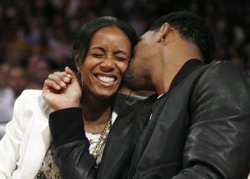 will smith wife jada. Will Smith kisses his wife