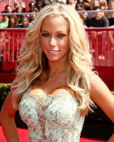 Kendra Wilkinson performs an