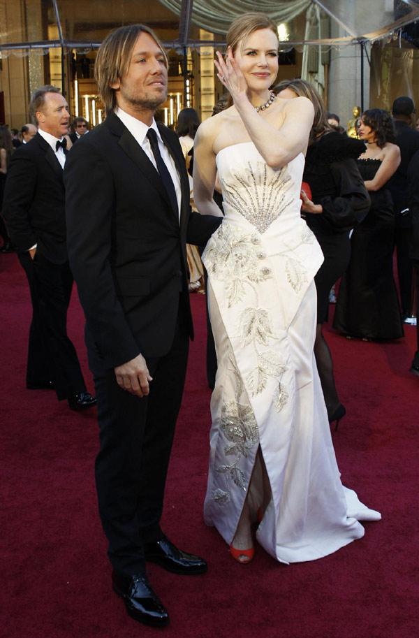 Nicole Kidman and her husband Keith Urban kisses at 83rd ...