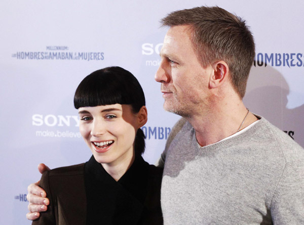Daniel craig promotes 39 dragon tattoo 39 in madrid movies for Cast of girl with the dragon tattoo