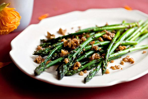 Asparagus with walnuts