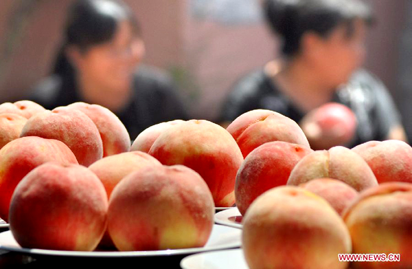 Peach contest in China's Shandong