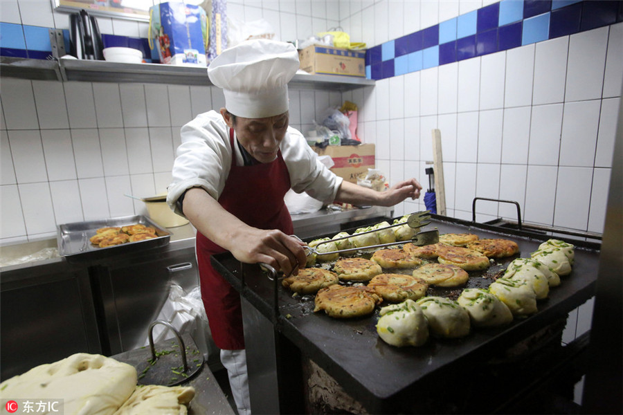 Famous Shanghai scallion pancake shop reopens with license