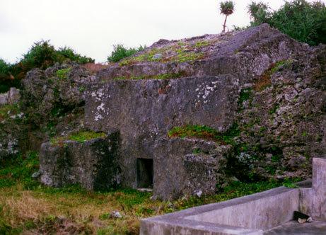 与那国岛的岩石壁上有一个貌似人工开凿的规则的岩洞,这样的遗迹增加