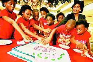 妹妹 胞胎/7个孩子与他们6岁的妹妹(右一)一起切生日蛋糕。