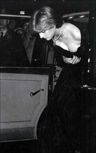 当年,戴安娜王妃身穿黑色低胸晚礼服下车的照片登上英国各家媒体的