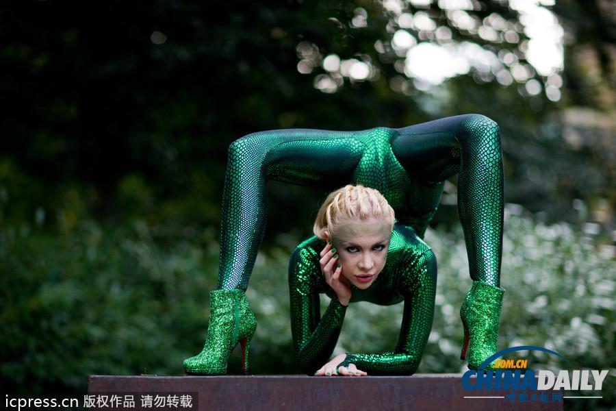 俄罗斯美女性感位置紧身衣表演[2]-+中文国际海滩存档绿色柔术3图片