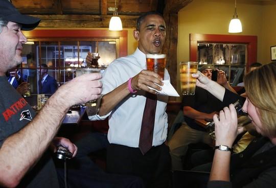 中国 奥巴马/奥巴马和百姓畅饮,大秀亲民。