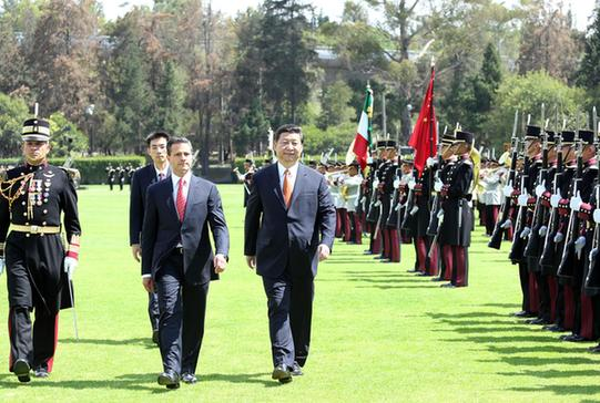习近平/6月4日,墨西哥总统培尼亚在墨西哥城马尔特营广场为国家主席习...