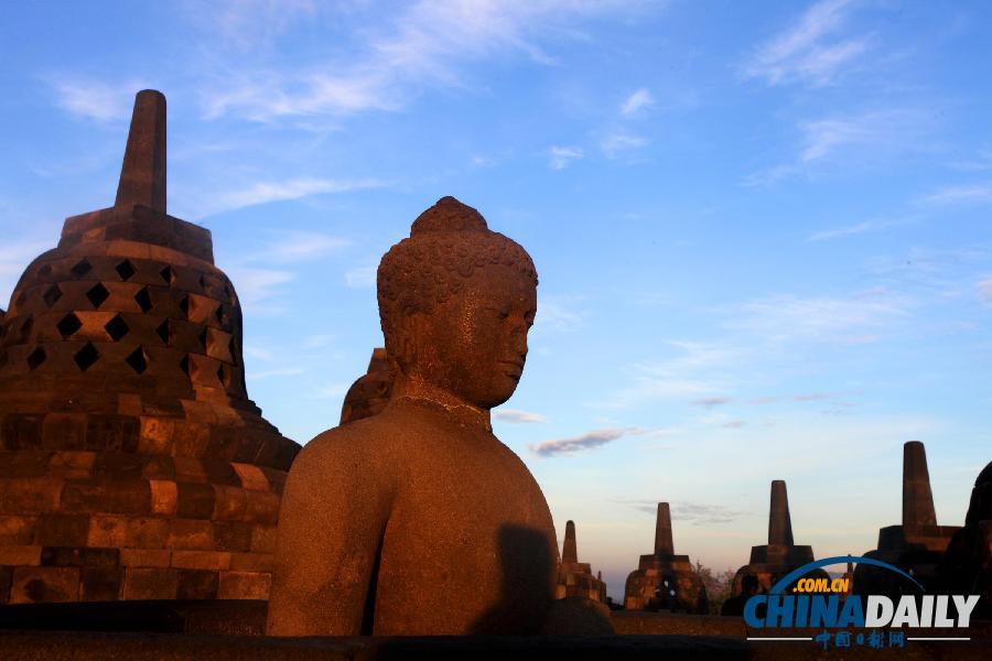 日出 佛塔/这是日出时的婆罗浮屠佛塔(2012年12月20日摄)。