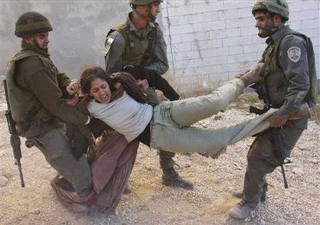 以色列边防军将犹太人定居者强行拖走