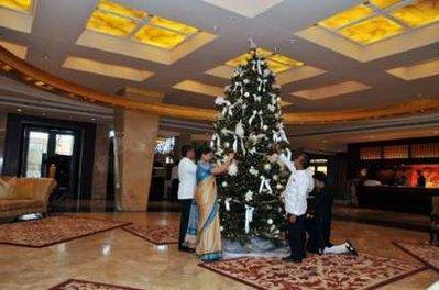 泰姬玛哈酒店工作人员在大厅装饰圣诞树准备迎接宾客