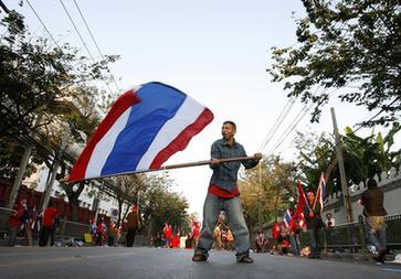 国会大厦外挥舞一面泰国国旗-泰总理首次政策演说被推迟