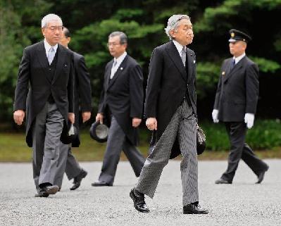 组图:日本明仁天皇夫妇在昭和天皇墓扫墓
