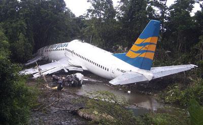 目击者说飞机滑出跑道冲到树林里,飞机的左翼部分被撞掉.