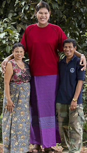 泰国19岁女孩身高2.08米 成世界上最高青少年