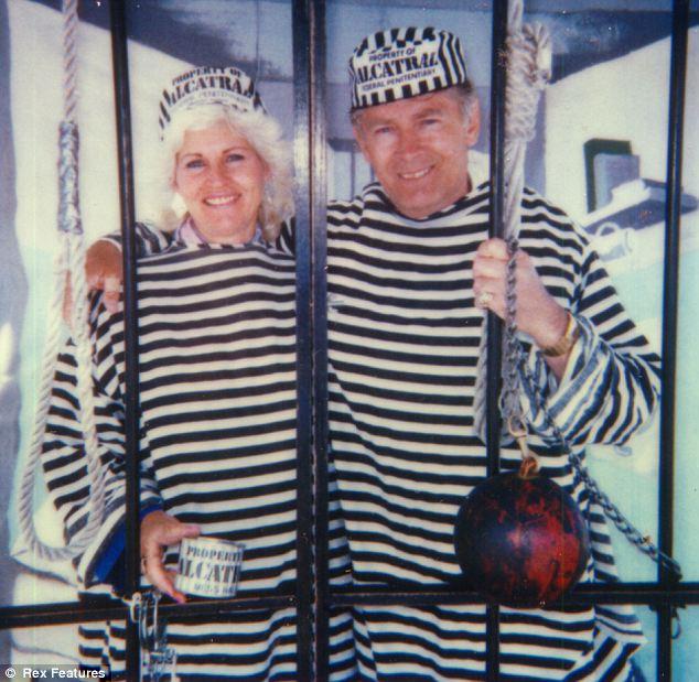 两人身穿黑白横条囚服