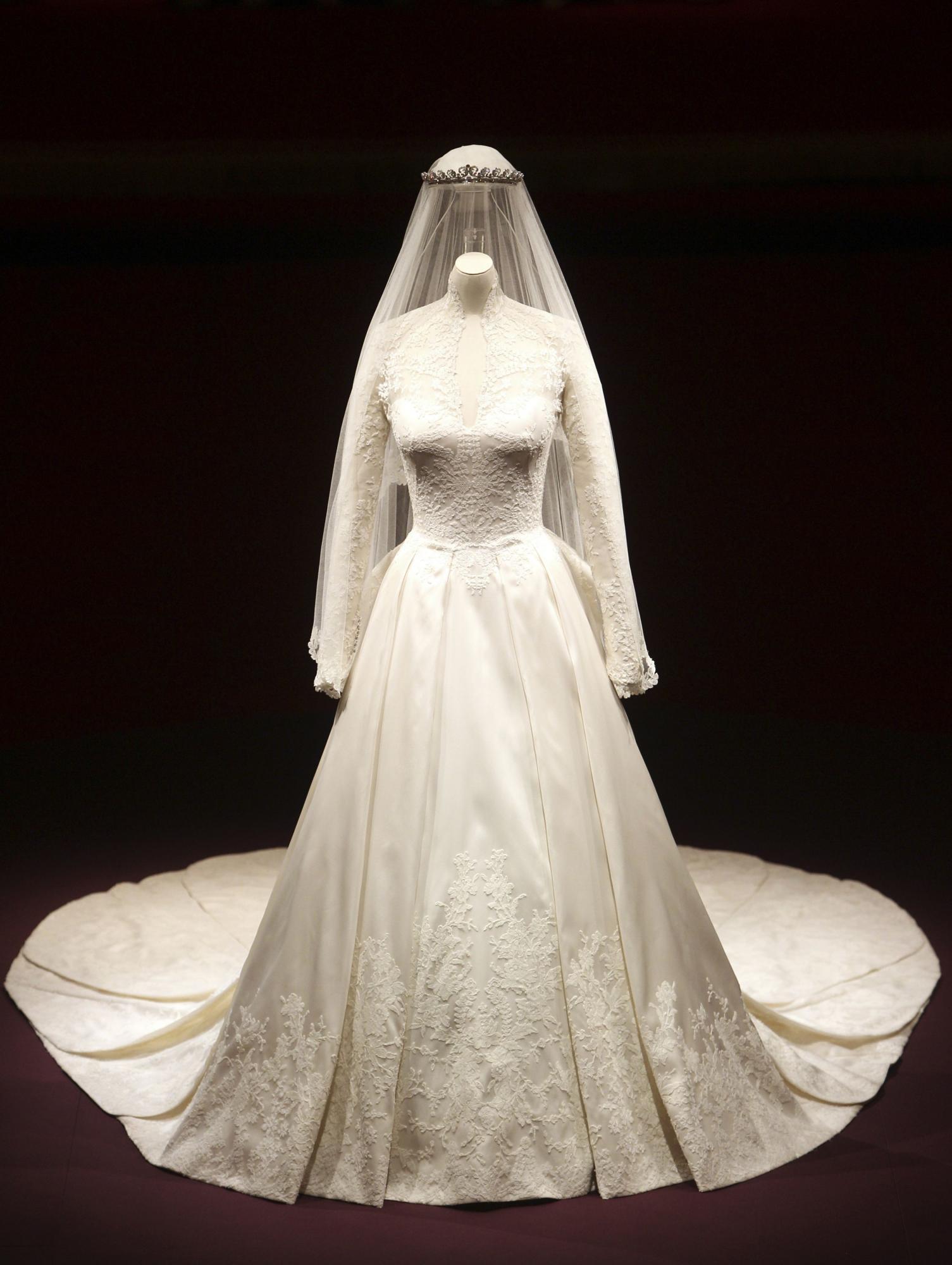 凯特婚纱亮相白金汉宫尽显典雅奢华 12万人预约参观
