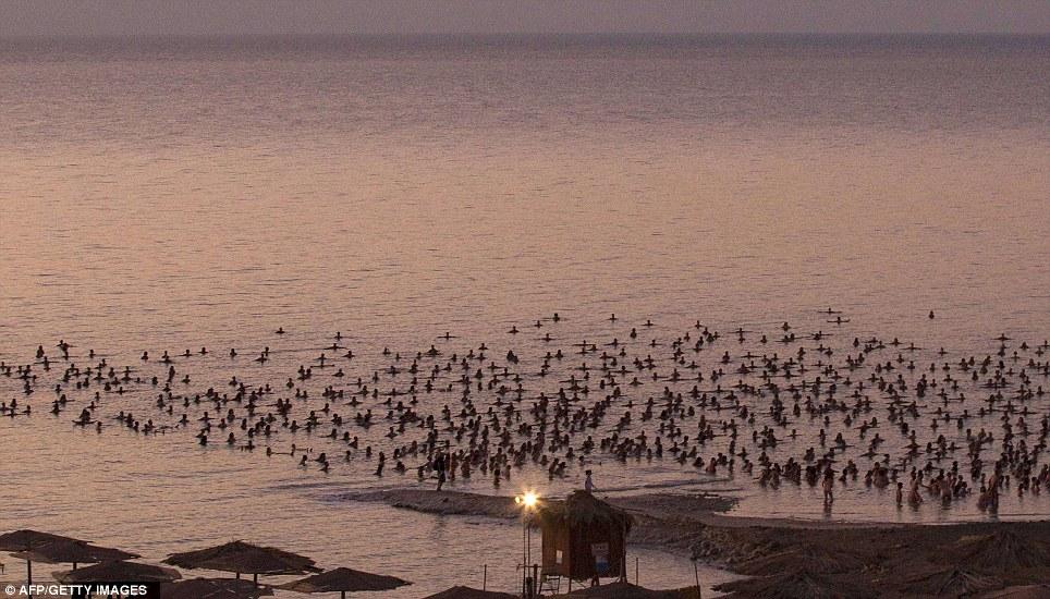 摄影师以色列倡导千人聚死海召集合影裸泳环画的脸型人物漫画图片