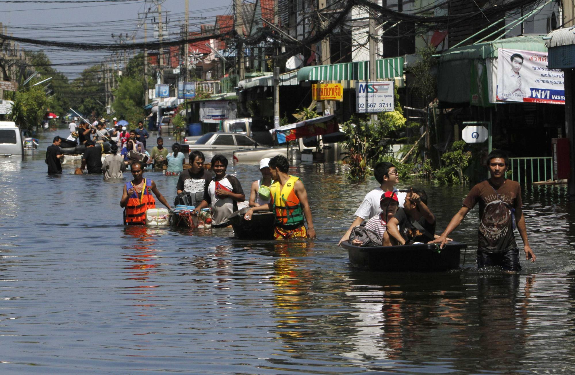 泰国总理称有信心战胜洪水 国王要求军队全力救灾