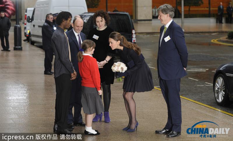 英国凯特王妃出席慈善活动 穿黑丝秀美腿不畏寒冬