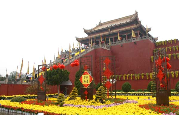 中国网络媒体开封行 记者对龙亭公园进行采访