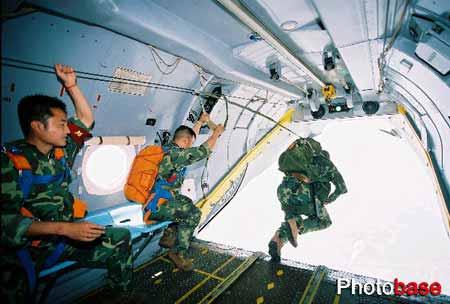 我空降特情训练采用伞降室内模拟仿真器