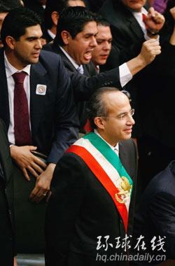 图:卡尔德龙混乱中就任墨西哥总统