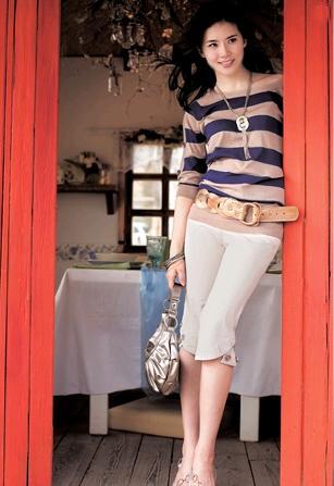条纹上装搭配米白色七分裤银色包包
